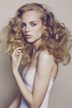 Bud på brudeopsætning med langt lyst og bølget hår.