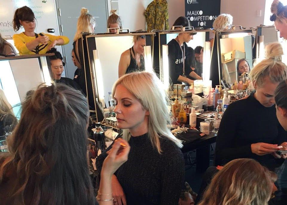 Makeup artist elever smikor